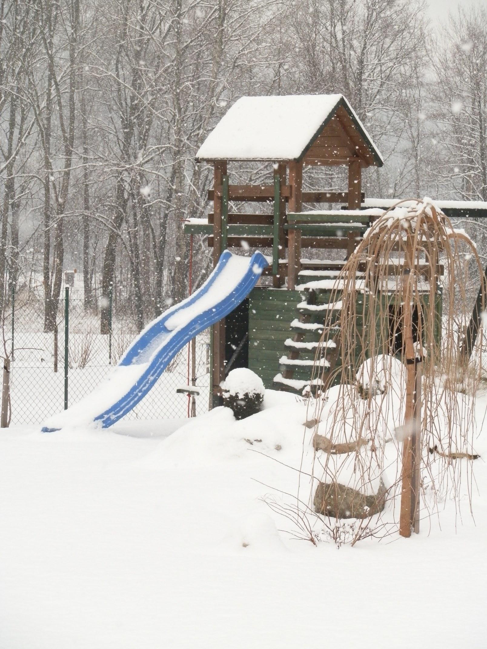 V zimě na nás zapůsobí nejrůznější zahradní objekty a prvky asi nejvíce.