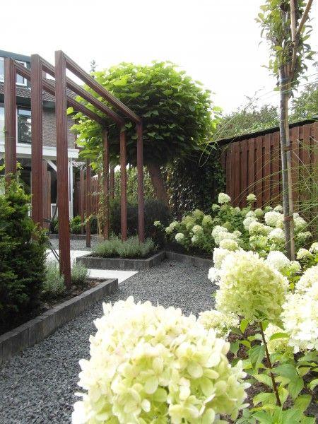 via http://timkok.nl/project/3405/moderne-stijlvolle-achtertuin-met-waterpartijen/