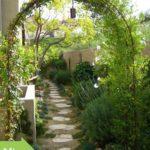 Proměna dlouhého, úzkého prostoru zahrady mezi domem a vysokým zděným plotem